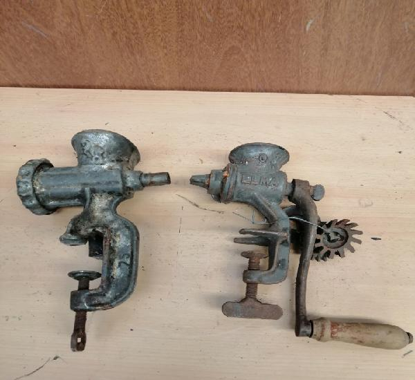 Lote de dos antiguas maquinas de moler