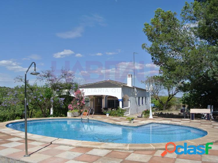 Bonito chalet amueblado de 1 planta en parcela vallada, con arboleda, piscina y terreno de cultivo.
