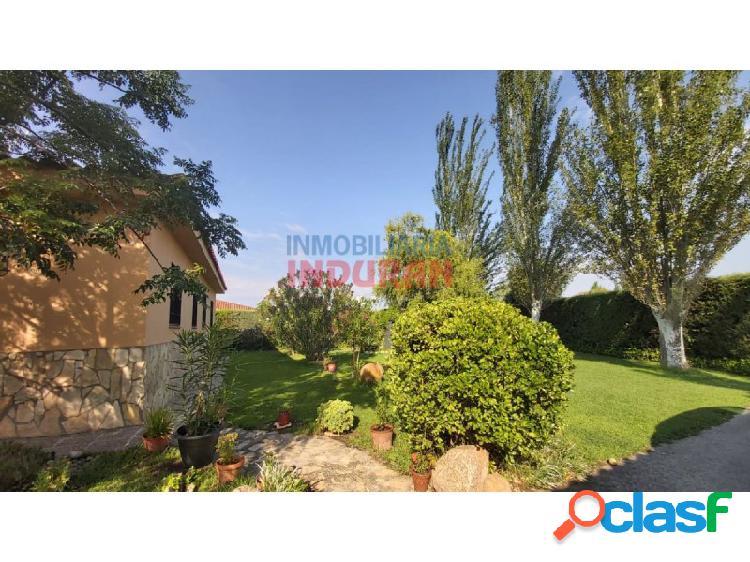 Parcela con vivienda de 3 dormitorios y amplio jardín con árboles y áreas de césped situada en la urbanización los pinos (belvís de monroy)