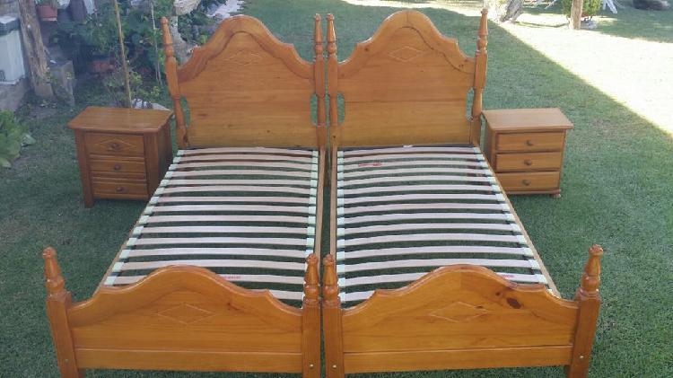 Cama de madera, somier y mesita de noche.