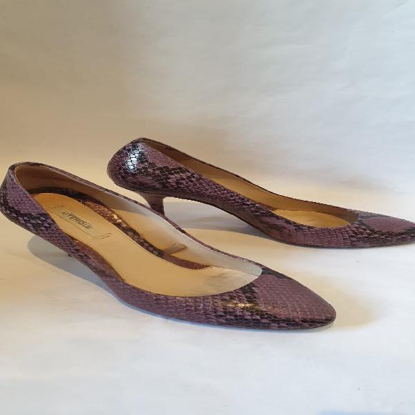 Tacón uterqüe piel, morado, diseño de serpiente