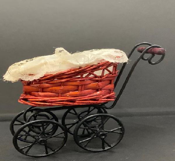 Carrito o cochecito metalico con cesta de mimbre, en