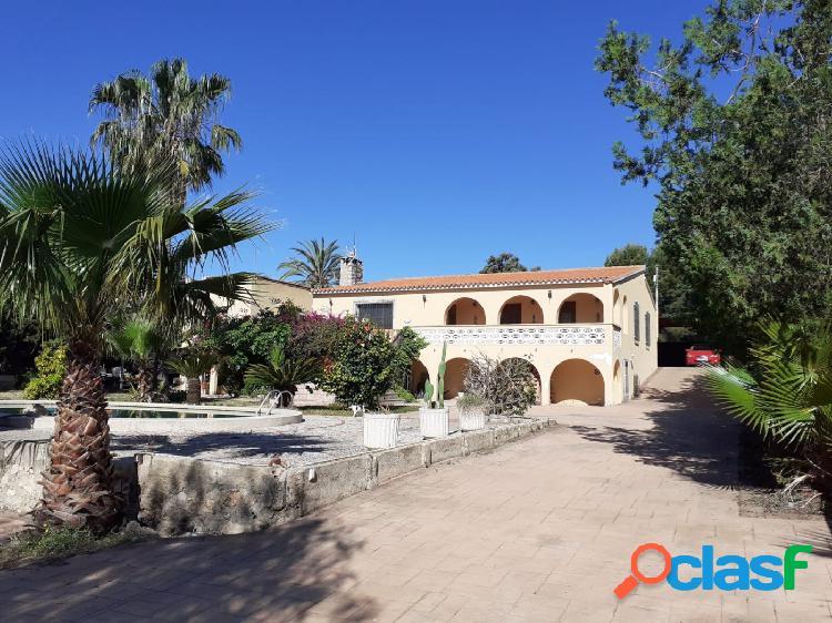 Amplio chalet de más de 180 m2 construidos y con parcela de 2500 m2 y piscina propia en alfaz del pí