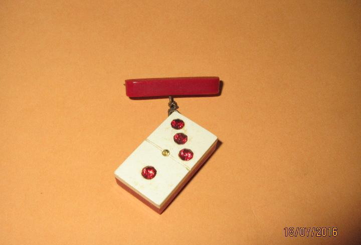 Antiguo broche de alfiler con ficha de dominó - año 1950s.