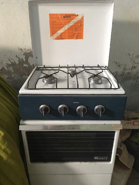 Cocina con fogones y horno sin utilizar