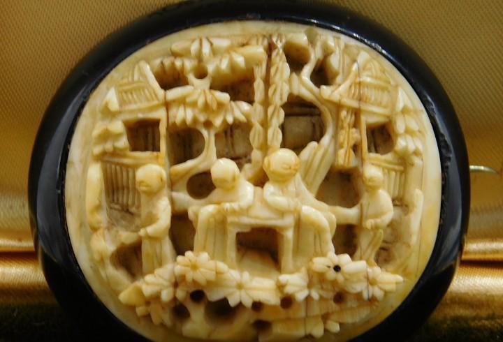 Gran broche antiguo con escenas de sabios chinos talladas en