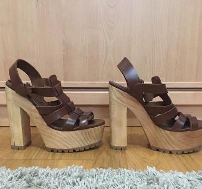 Zapato marrones de tacón.