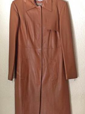 Abrigo de cuero color caramelo