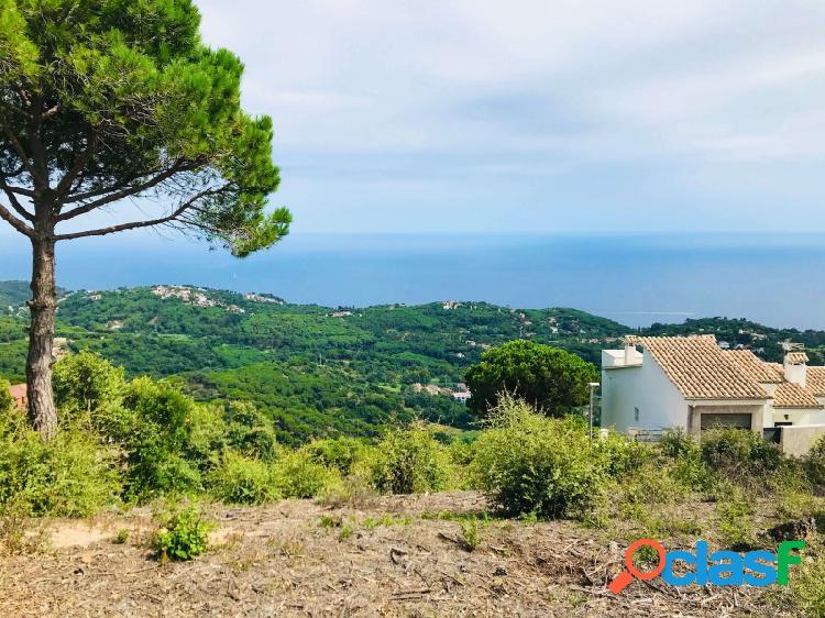 Terreno con vista panorámica al mar con villa en construcción cerca de playa y ciudad, barata