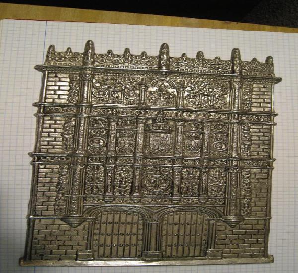 Antigua placa de bronce plateado fachada principal