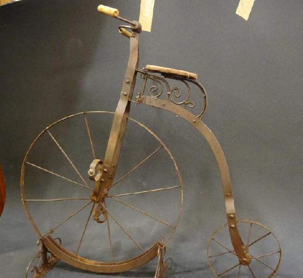Bicicleta inglesa infantil penny - farthing en forja, circa