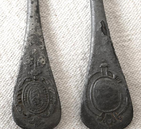 Dos antiguos tenedores de metal. 18 cm aprox. ver fotos y