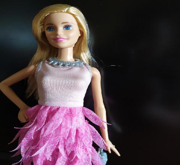 Barbie con minivestido de plumas y complementos - nunca