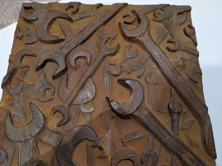 Escultura llaves de taller, fijas o inglesas