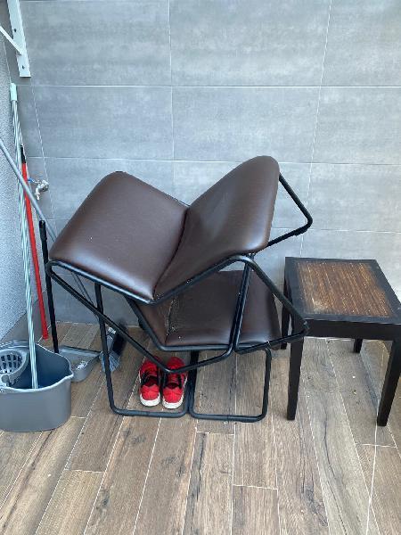 Se vende dos sillones estilo cuero. y mesa aux