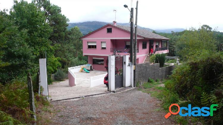 Casa con 3 viviendas