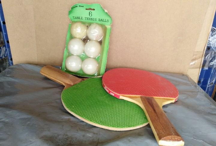 Palas de pin pon + seis pelotas. (864)