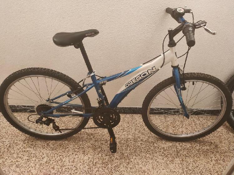 Bicicleta mountain bike con casco