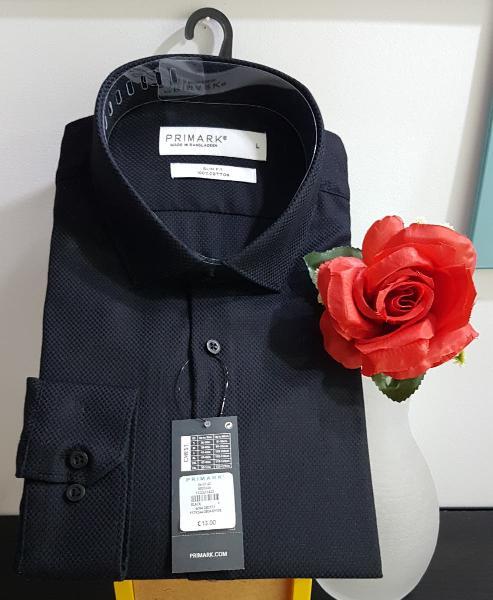 Camisa negra para hombre muy elegante con etiqueta