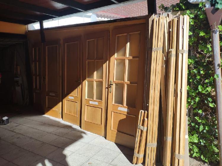 Puertas interiores color roble.