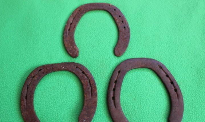 3 herraduras- 8 agujeros (medidas 14cm ancho x 15cm largo)