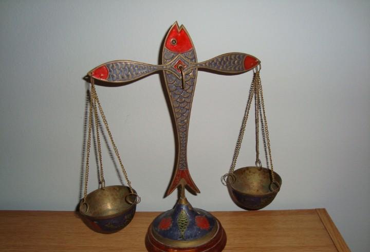 Antigua balanza decorativa policromada de bronce o latón