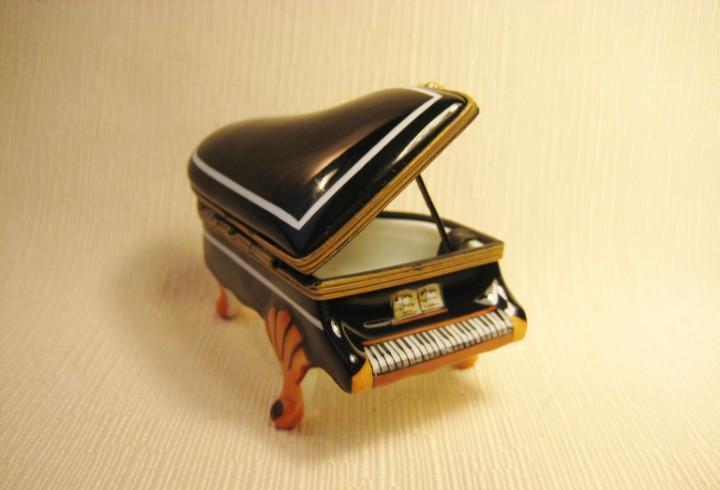 Caja de porcelana de limoges pintada a mano. piano pequeño