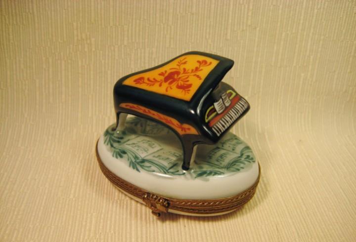 Caja de porcelana de limoges pintada a mano. piano sobre