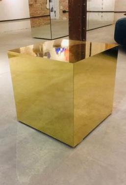 Cubo dorado decoración y mesa auxiliar