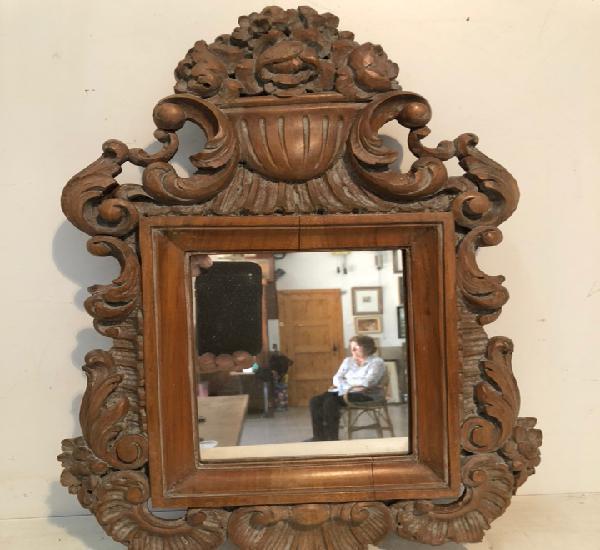 Espejo de talla de madera.