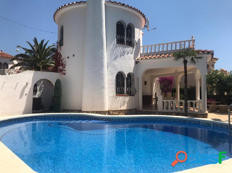 Chalet unifamiliar de 130 m2 con piscina, a tan solo 500 metros del mar
