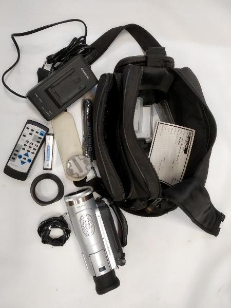 Cámara de vídeo mini dv con funda y accesorios.