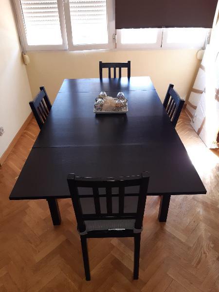 Mesa y cuatro sillas de salón .