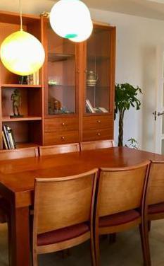 Librería, mesa y sillas de nogal