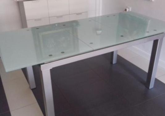 Mesa de comedor extensible de acero y cristal