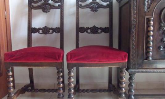 Mesa de comedor, sillas, y lámpara