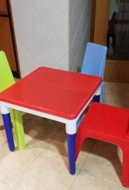 Mesa, sillas de plástico para niño/a