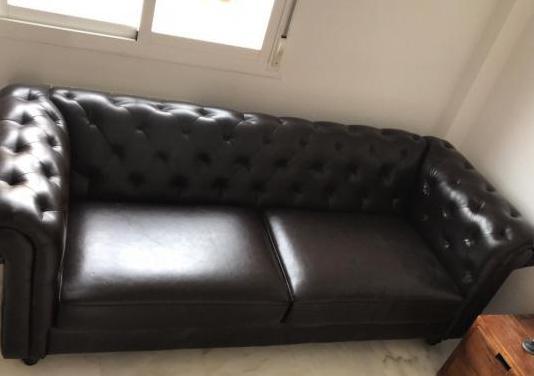 Sofa chester de tres plazas marrón oscuro.