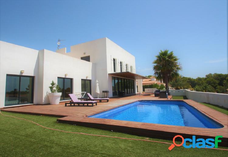 Villa con 4 dormitorios y vistas al mar en venta en calpe