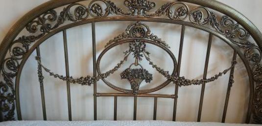 Cama antigua de bronce labrado con dosel