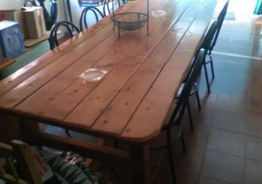 Mesa de madera maciza grande.