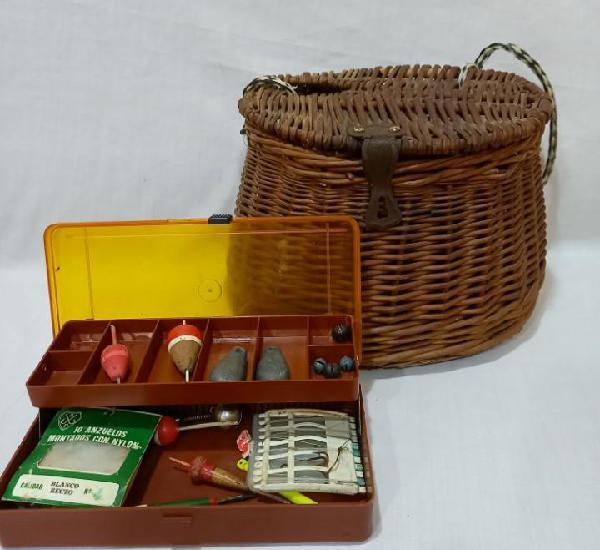 Antigua cesta de pesca en caña o mimbre de los años 60 con