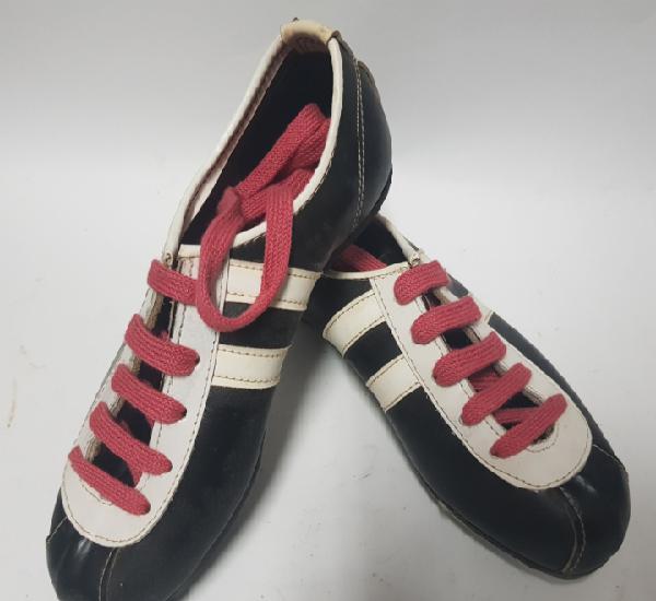 Zapatillas de fútbol de niño, fabricadas en villena,