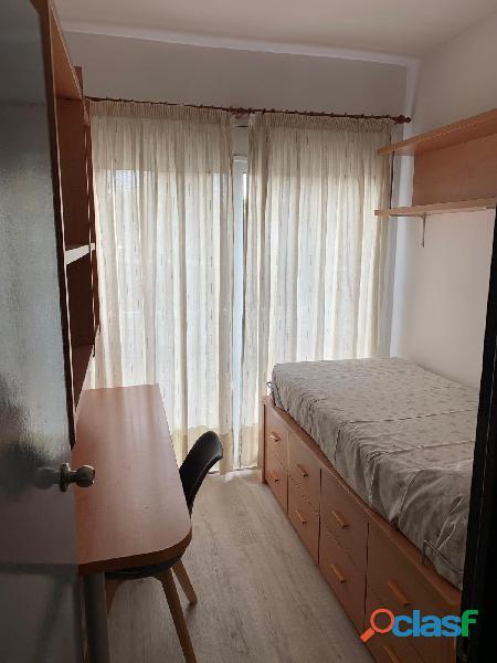 Habitación doble con baño privado en piso de estudiantes