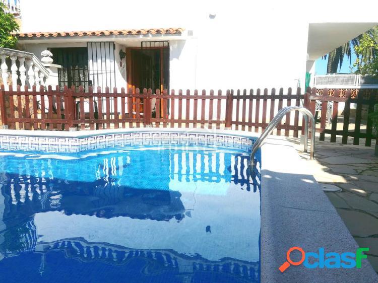Casa con piscina y vista al mar. licencia turística.