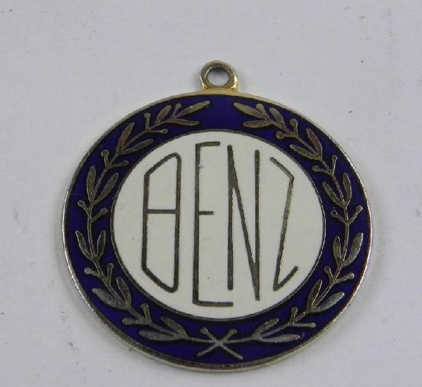 Medalla esmaltada de mercedes benz, mide 2,8 cms diametro.