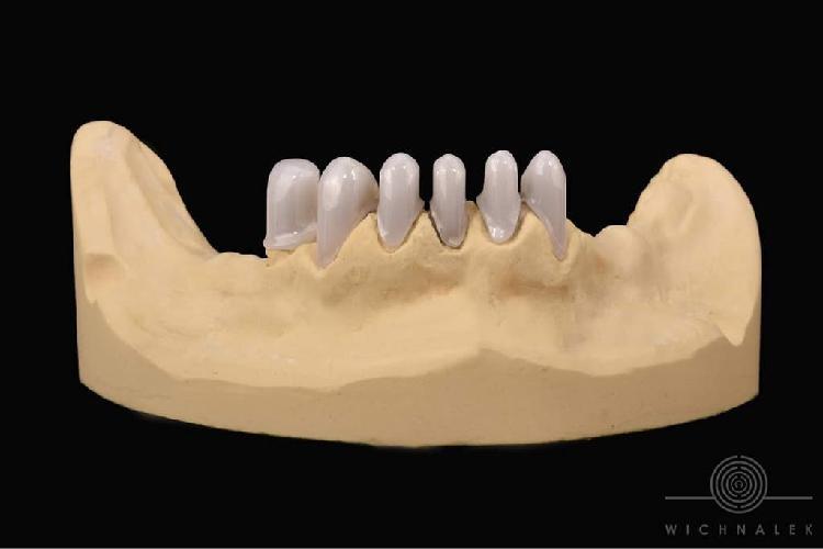 Mitad de clínica dental en funcionamiento