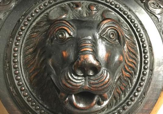 Antigua repisa cabeza de león