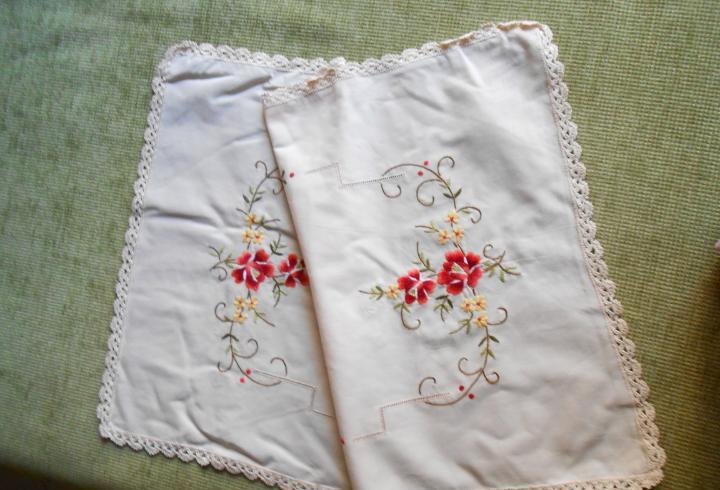 Bonito tapete antiquo,bordado a mano y puntilla a