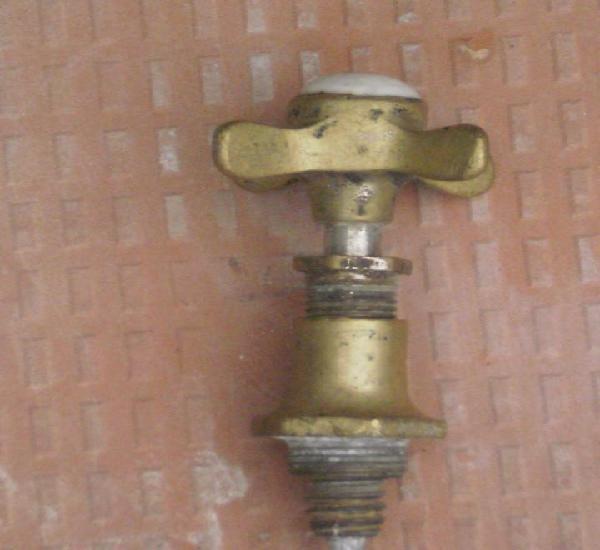 Grifo de agua fria señalizado, en bronce con adorno